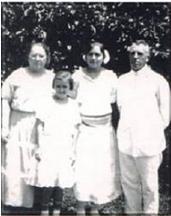 Cornelis E. Groesbeek met zijn vrouw en dochters Jennie en Corie